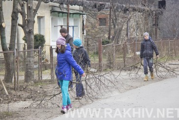 Продовжується прибирання м.Рахів. 19.03.2016 прибирали вул.Б.Хмельницького (фото).