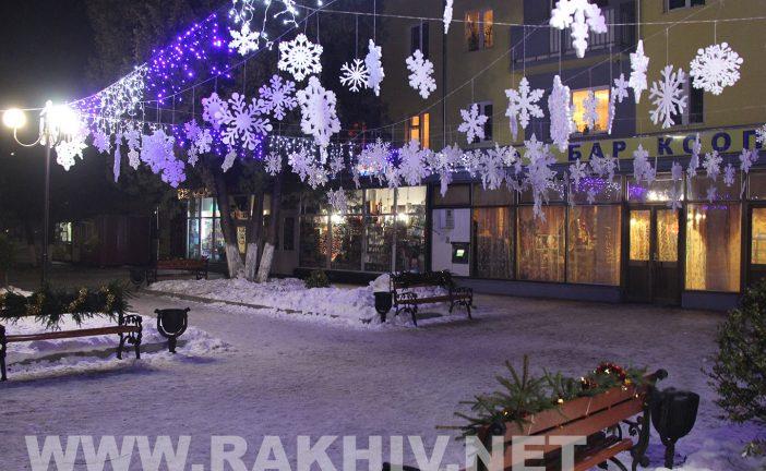 Як Рахів прикрашають до новорічно-різдв`яних св`ят (нові фото).