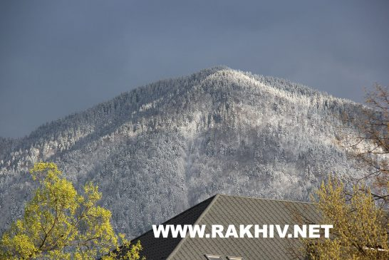 На Благовіщення вершини оточуючих м.Рахів гір, ще прикрашені сніговими шапками.