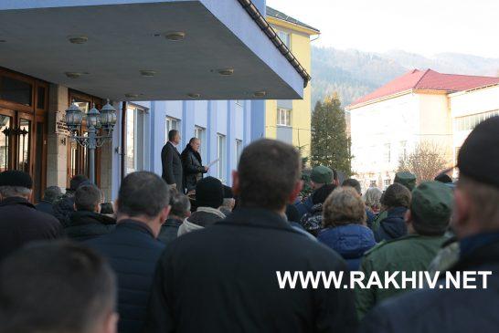 Мешканці Рахівського району вийшли на пікетування райдержадміністрації та райради.