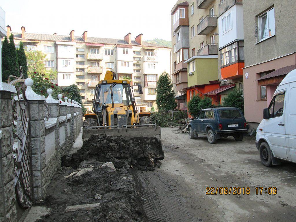 Рахів Героїв АТО, бульдозер суне намул до вантажівки