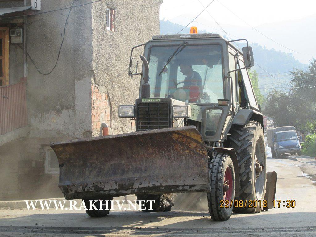 Рахів вул.Маргітича, трактор чистить вулицю