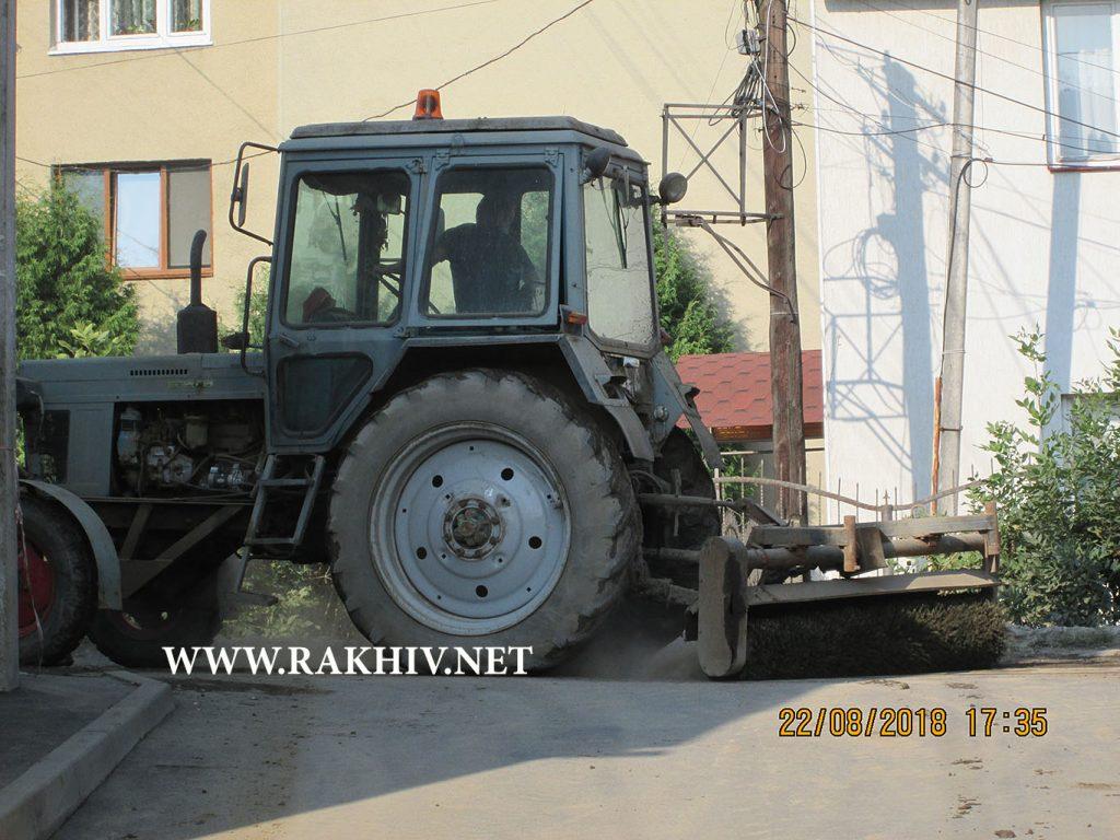 Рахів вул. Героїв АТО трактор чистить полотно дороги