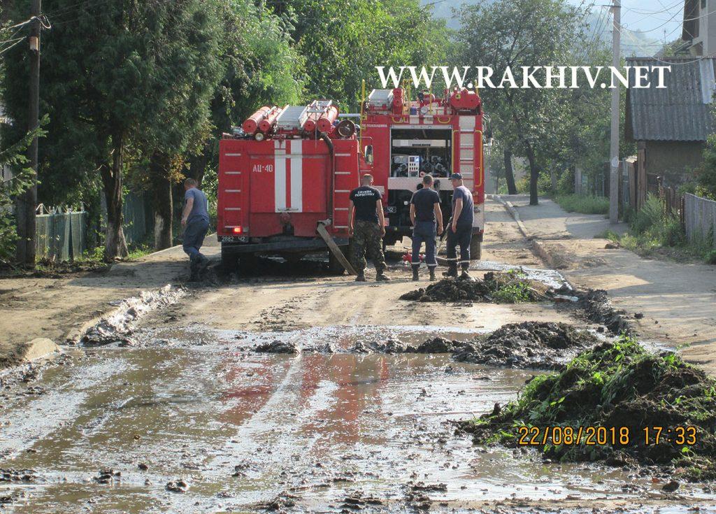 Рахів, пожежники відкачують воду